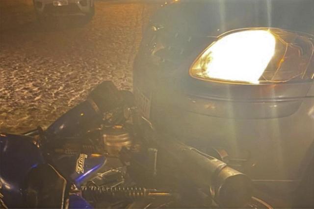 Motorista alcoolizado colide contra viatura da PM e atropela motociclista, em Malhada de Pedras