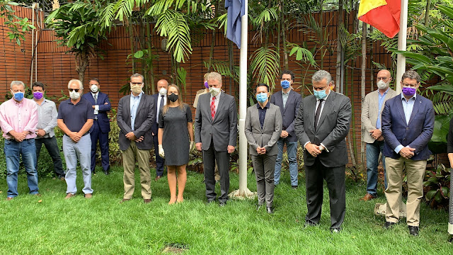 VENEZUELA: Personal de la embajada de España en Caracas guardó un minuto de silencio por fallecidos por Covid-19 en 2020.