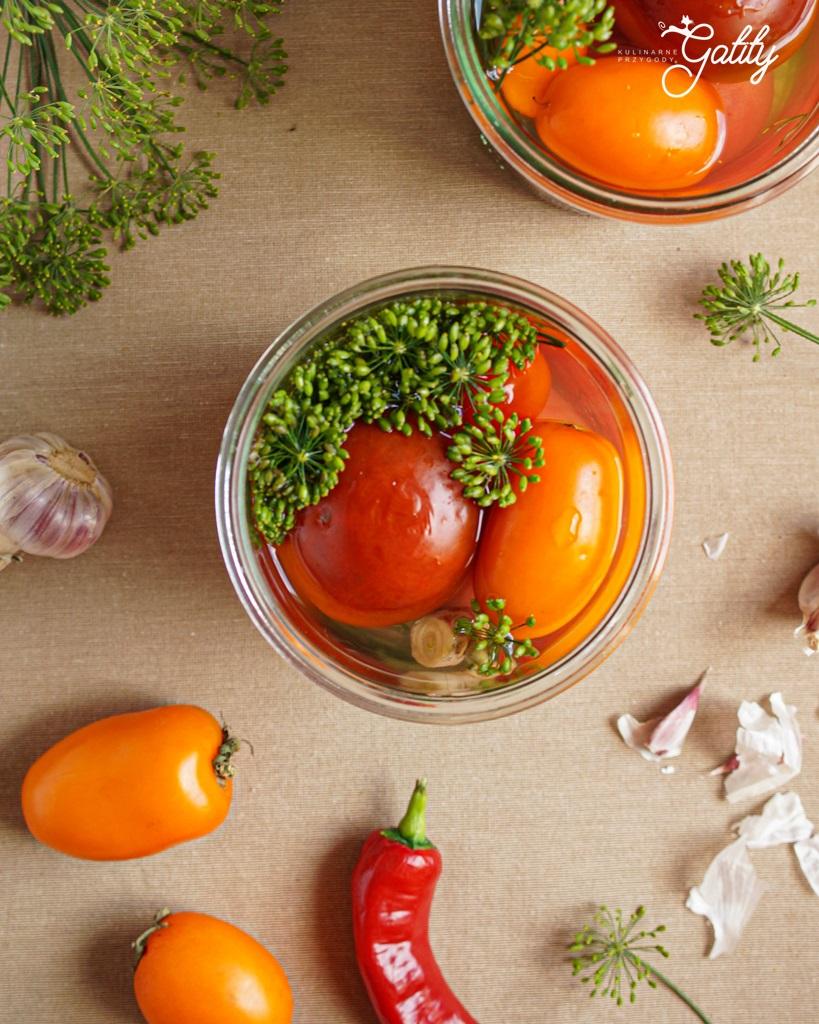 czerwone-zolte-pomidory-w-sloiku
