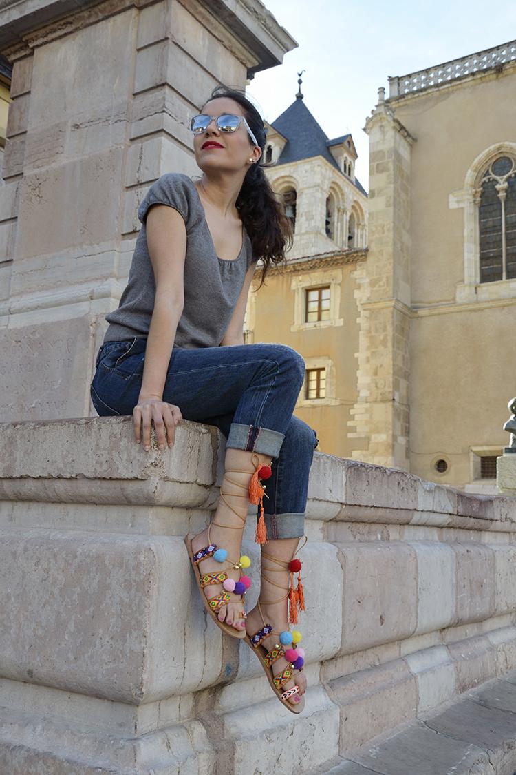 boyfriend-jeans-sandalias-tendencia-verano-2016-pompones-borlas-colores-blogger-look