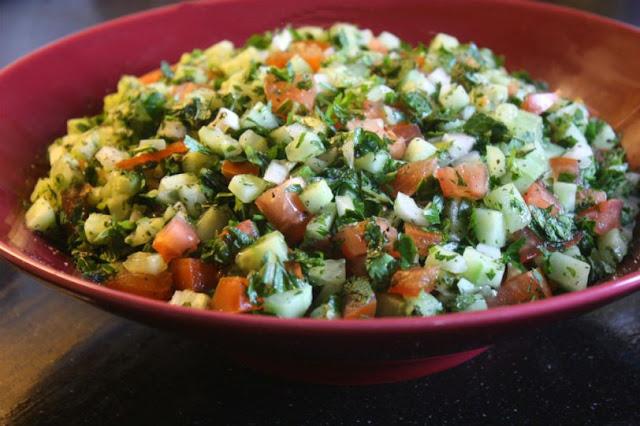 Ensalada Shirazí: Tomate, pepino y cebolla picados