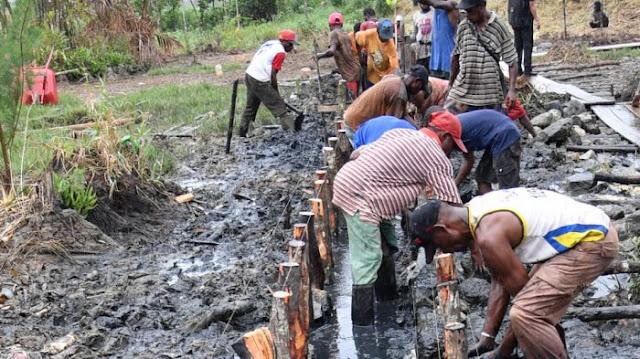 Program padat karya tunai berupa pembangunan jalan lingkungan di Kampung Kokoda, Kelurahan Klasabi, Distrik Sorong Manoi, Kota Sorong, Jumat (13/4/2018).