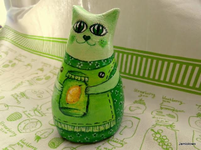 zielona kotka z  piękną sukienką ręcznie malowaną