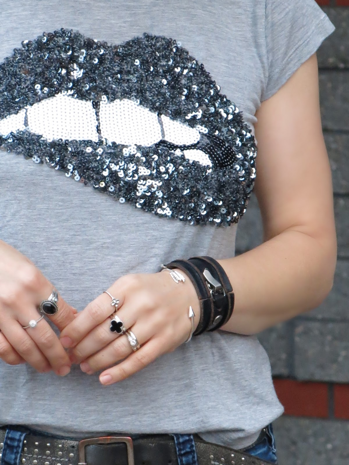 "sequinned ""lip"" t-shirt and accessories"