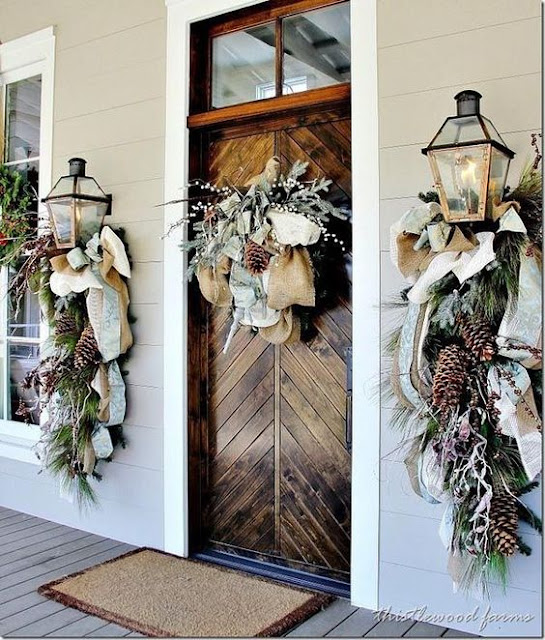 Decoratiuni de Craciun cu funda, conuri de brad si crengi pentru exterior
