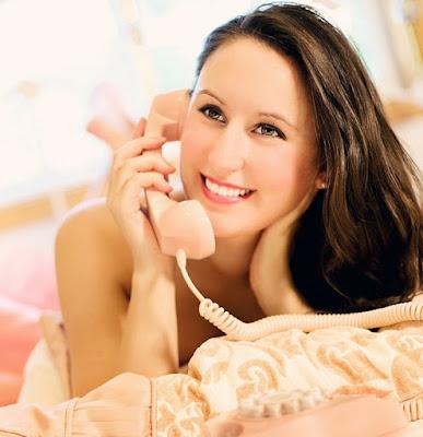 Telefonsex ist nur eine vokale Version von physischem Sex. Beim Sex am Telefon sind nur Geräusche und Stimmen beteiligt. Telefonsex ist in vielerlei Hinsicht sehr üblich, insbesondere für Paare, die nicht zu früh in einer Beziehung zu körperlich werden möchten, und auch für Fernbeziehungen oder Paare, die gelegentlich weit voneinander entfernt bleiben. Das Schwierigste am Telefonsex ist, wie man ihn initiiert. Die meisten Menschen sind einfach zu schüchtern, um es zu initiieren. Lesen Sie weiter, um herauszufinden, wie Sie am besten Telefonsex haben und die gewünschten Ergebnisse erzielen können.    Bauen Sie die Stimmung auf - Wenn Sie und Ihr Partner nicht in der Stimmung sind, fällt es Ihnen extrem schwer, Telefonsex zu initiieren. Beginnen Sie mit einem normalen Gespräch und lassen Sie es eine Weile weitergehen. Lassen Sie es diesmal in ein etwas langweiliges Gespräch springen und schlagen Sie Ihrem Partner vor, diesmal etwas anderes zu tun. Stellen Sie besser sicher, dass Sie und Ihr Partner intim genug sind, bevor Sie Telefonsex einleiten. Andernfalls würde Ihr Partner höchstwahrscheinlich an Ihnen hängen.