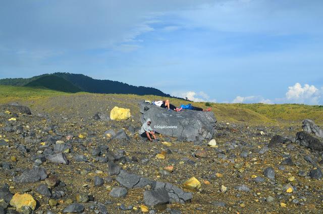 Ngaso di tengah puncak datar antara Kawah Tompaluan dan Gunung Empung ©JelajahSuwanto