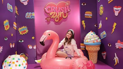 Atriz Sophia Valverde no cenário do quadro Crushzyn, da TV ZYN - Divulgação