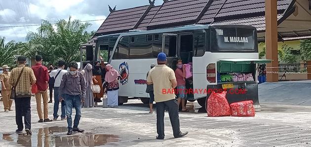 Puluhan Satriwati Darul Hijrah Putri Jalani Pemeriksan Suhu Tubuh