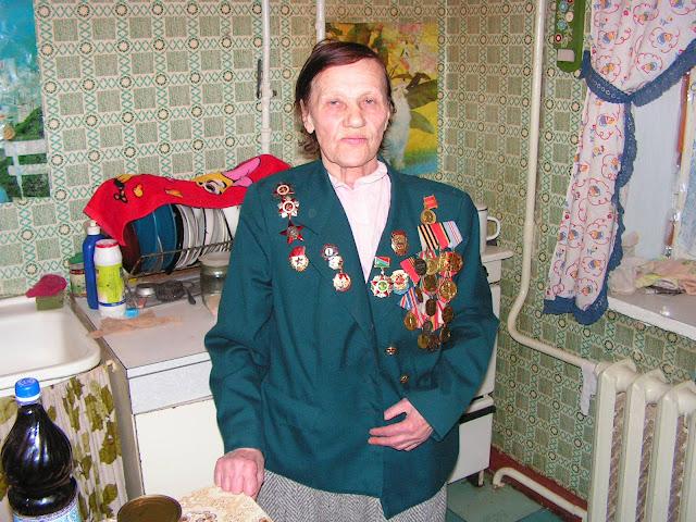 Eine sowjetische Soldatin, die 1945 in Berlin einmarschierte.