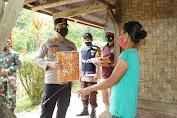 Kunjungi Sanggalangi, Kapolres Toraja Utara Berikan Bansos Ke Warga Terdampak Covid-19