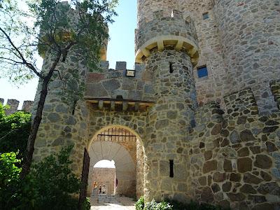 Puerta de acceso al Castillo de La Coracera