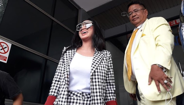 Tampil 'Wah' Bareng Hotman, Dewi Perssik Polisikan Keponakan