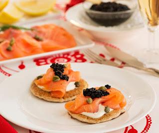 Blinis con salmón ahumado y caviar