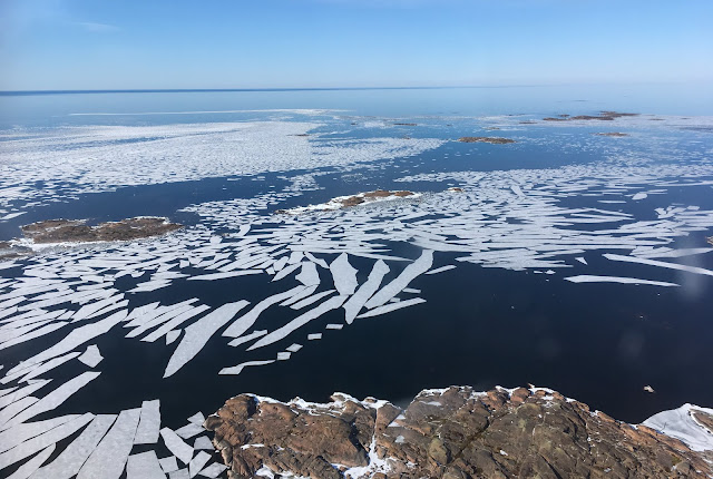 Jäälauttoja kalliosaaren edustalla merellä
