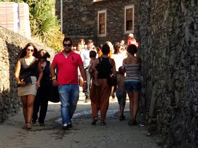 Pessoas andando pela aldeira de Quintandona