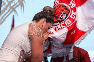 Jaqueline Maia beija o pavilhão da Estácio de Sá