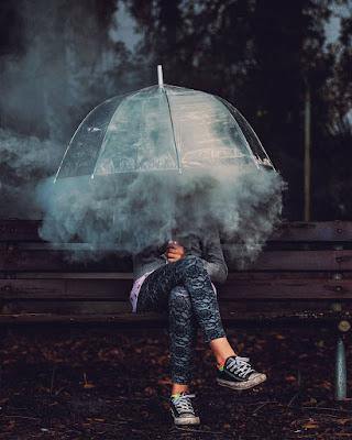 foto de chica con sombrilla con humo
