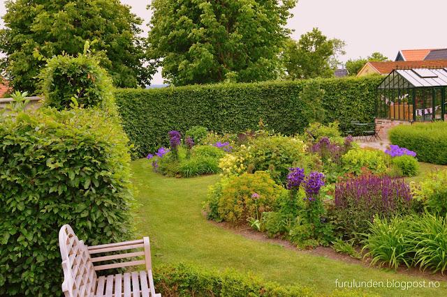 Historikk og oppskrift på en cottage garden. Her er det mest buede gangstier mellom bedene
