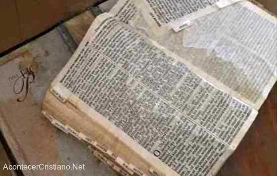 Biblia abierta tras huracán