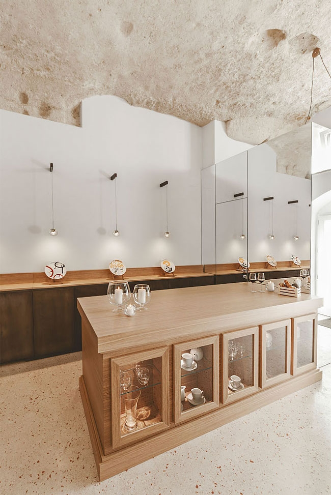 04-Bar-Counter-La-Dimora-di-Metello-Hotel-Matera-by-Manca-Studio-www-designstack-co