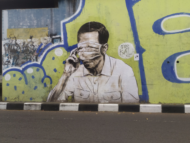 Mural Wajah Mirip Jokowi Tertutup Masker Hiasi Flyover Pasupati Bandung