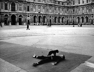 http://kvetchlandia.tumblr.com/post/154713644803/robert-doisneau-cour-carr%C3%A9e-du-louvre-paris