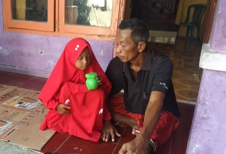 Bocah SD di Lamongan Setahun Rawat Ayahnya yang Lumpuh