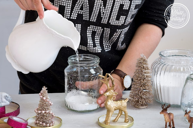 Schneekugel mit destilliertem Wasser auffüllen.