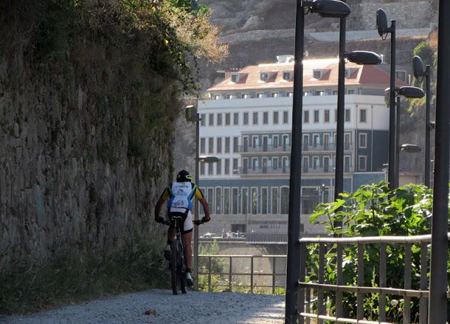 ciclista pelo Passeio Fluvial de Gaia