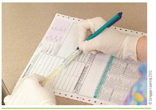 Memberi label pada spesimen dan mengisi formulir daftar permintaan