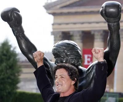 Sylvester Stallone posa con la estatua de 'Rocky' frente al Museo de Arte de Filadelfia en Septiembre de 2006