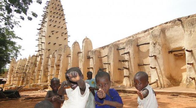 Masjid Yang Terbuat Dari Lumpur