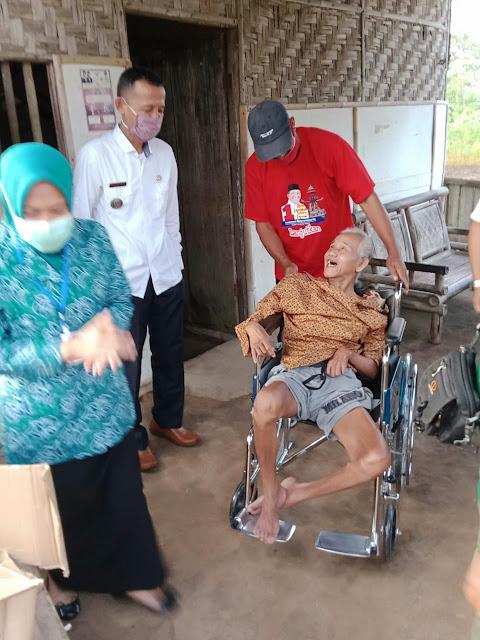 Ketua TP PKK Istri Bupati LamTeng, didampingi Camat Terbanggi Besar, berikan bantuan kursi roda dan sembako kepada Bpk. Ibrohim penderita Stroke