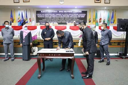 Pimpinan DPRD Lampung dan Gubernur Teken Raperda Pertanggung Jawaban APBD 2019