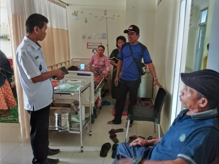 Kades Moncongloe Bulu, Wujudkan Kepeduliannya Dengan Menjenguk Istri Kadus Moncongloe Bulu Di RS Unhas Makassar
