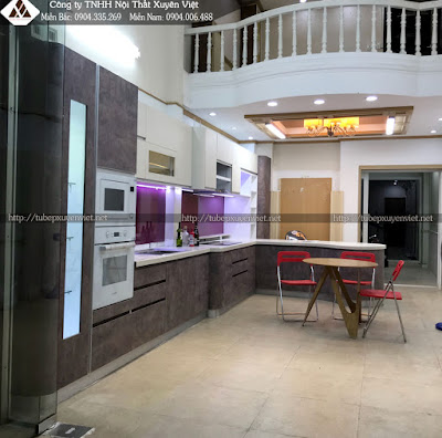 Mẫu tủ bếp cao cấp với laminate màu da lộn và trắng kem acrylic
