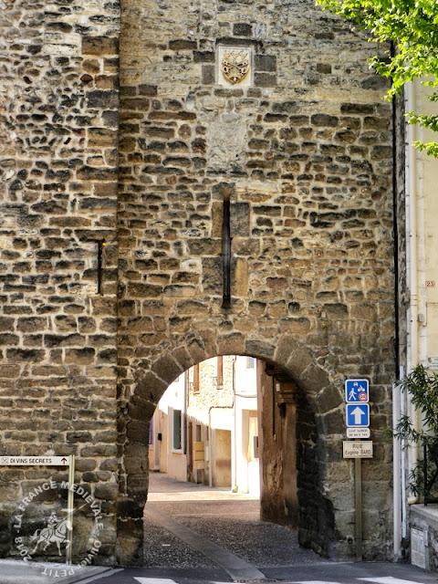 SAINTE-CECILE-LES-VIGNES (84) - Tours et remparts