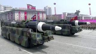 Coreia do Norte manda evacuar capital e exibe suas bombas nucleares