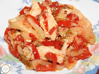 Pui cu legume si susan reteta mancare chinezeasca rapida de casa gatita la tigaie cu carne piept ardei gras capia iute ceapa rosii usturoi sos soia vin retete mancaruri frsh,