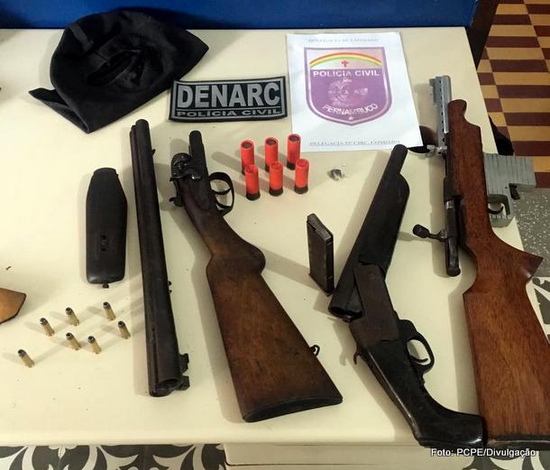 Polícia apreende armas em ponto de tráfico de drogas em Condado