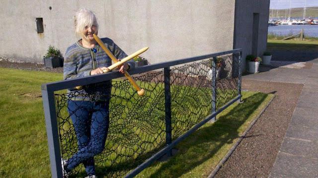 Англичанка связала забор из кружева. Сегодня такие заборы стоят почти в каждом дворе ее города