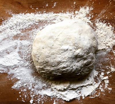 vaivattu leipätaikina puualustalla