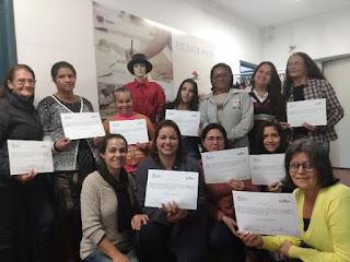 Mulheres recebem diploma pela participação no Curso de Corte e Costura