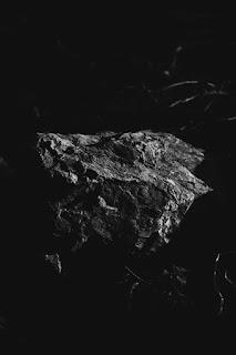 حجر كبير مسحوب منه الاضاءة بلون ابيض واسود ، شادو وهاى لايت