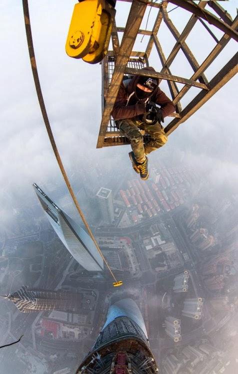 http://asalasah.blogspot.com/2014/02/tanpa-pengaman-2-pria-taklukkan-bangunan-tertinggi-ke-2-dunia.html