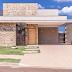 Fachada de casa térrea com entrada demarcada de pedra madeira e divisória de metalon!