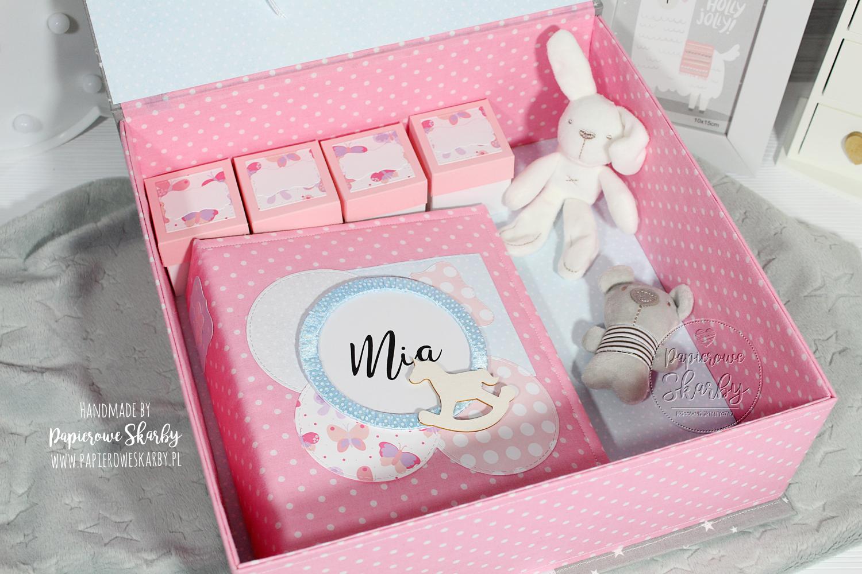 scrapbooking handmade hand made rękodzieło ręcznie wykonany pudełko wspomnień szatułka memory box pudełko pamięci pamiątka narodzin chrztu roczku roczek dziecka chrzest święty narodziny niemowlę dla niemowlaka prezent dla dziecka rodziców mamy taty ciąża ciążowy baby shower pierwszy rok życia pierwszy ząbek pierwszy loczek pudełko na skarby dzieciństwo z dzieciństwa niemowlęctwa niemowlak dla niemowlaka pudełko na zdjęcia pierwszy prezent pierwsza wizyta do przechowywania pamiątek metryczka metryka bawełna bawełniane dla dziecka dla chłopca chłopczyka dziewczynki córeczki syna synka córki córka syn wnuka wnuczki od matki chrzestnej ojca chrzestnego baby keepsake box kapsuła czasu personalizacja personalizowane z imieniem imię personalized album z albumem komplet duże 200 zdjęć wkład foliowy pod folię