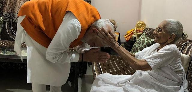 PM मोदी ने छुए मां के पैर, आशीर्वाद के साथ मिले 501 रुपये... - newsonfloor.com