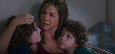 Sandy (Jennifer Aniston) cuida sozinha dos dois filhos; trama mostra histórias de maternidade